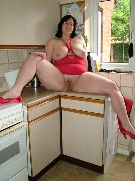 mature-erotic-jaynel-masturbating-in-the-kitchen